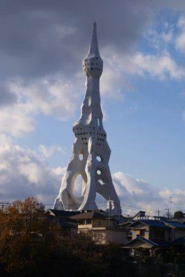Tour cénotaphe blanche qui rappelle la forme d'un doigt pointé vers le ciel
